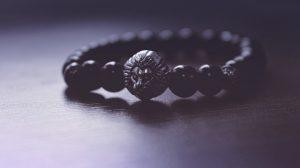 Un discret bracelet en perles pour homme